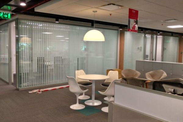 OBRA HEWLETT PACKARD, colocación de cortinas Hunter Douglas.
